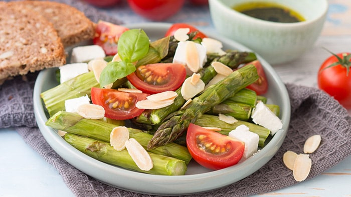 Spring salad with grilled asparagus, tomato and feta